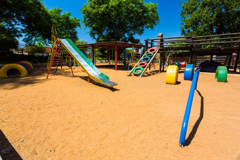 Corrediça pré-escolar colorida vazia do campo de jogos foto de stock