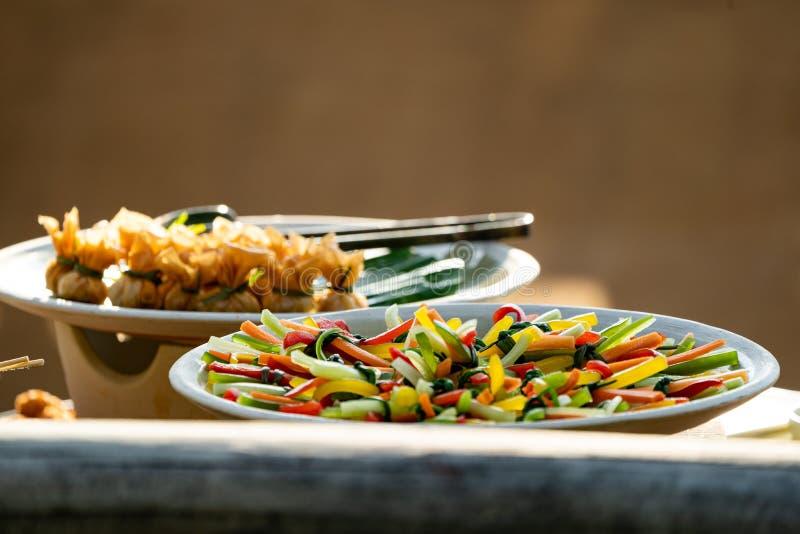 A corrediça vegetal colorida ao pacote da forma do lind junto e arranjado coloca no prato do whit foto de stock