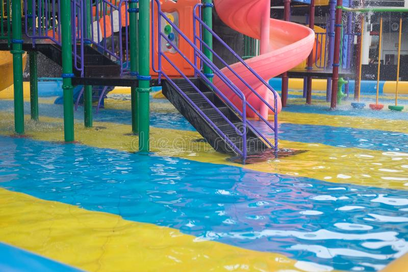Corrediças de água no waterpark tropical imagem de stock
