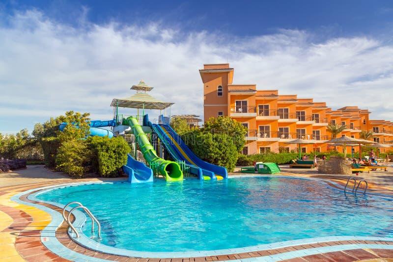 Corrediças na piscina do recurso tropical em Hurghada fotografia de stock