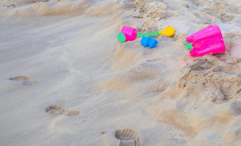 corredo dei giocattoli della sabbia sui bambini della spiaggia fotografia stock libera da diritti