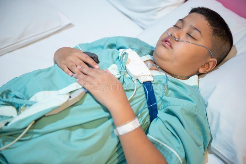 Corredo diagnostico d'uso dell'apparecchio medico dell'apnea nel sonno del ragazzo asiatico immagine stock