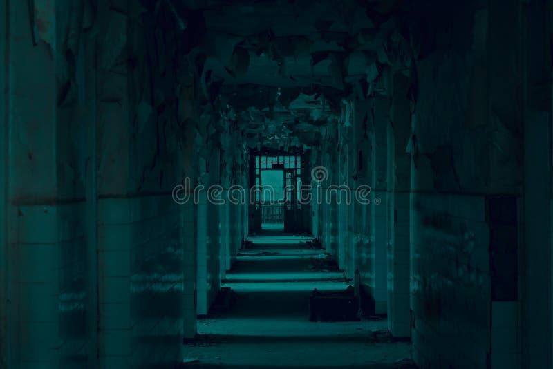 Corredor abandonado grande com as janelas quebradas grandes e para exfoliate paredes no asilo fotografia de stock royalty free