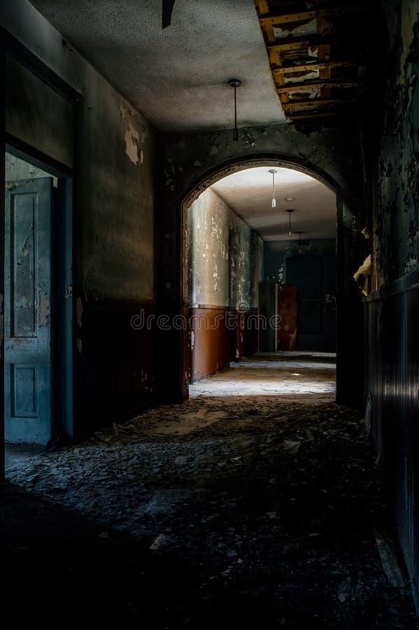 Corredor abandonado - Knox County Infirmary - Ohio abandonados imagem de stock royalty free
