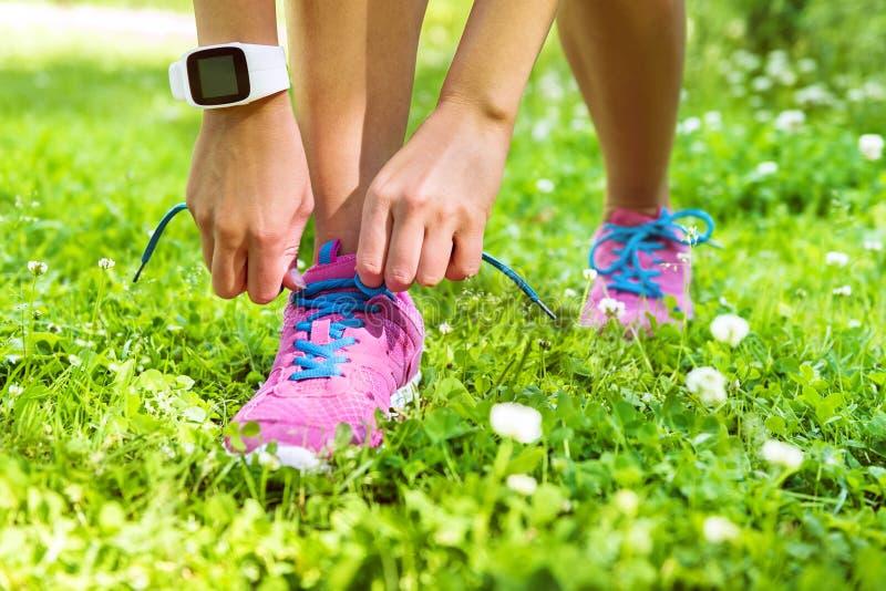 Corredor activo del smartwatch de la forma de vida que ata los zapatos fotos de archivo