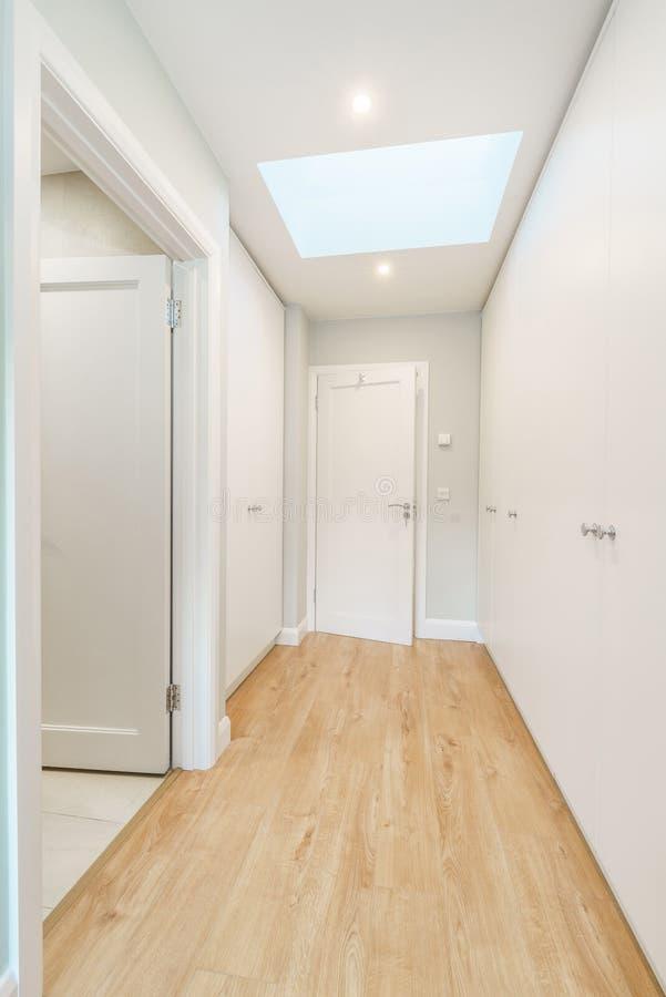 Corredor agradável e a porta de entrada em uma casa imagens de stock royalty free