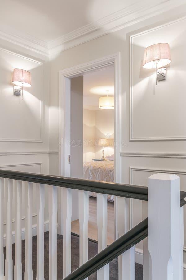 Corredor agradável e a porta do quarto em uma casa foto de stock royalty free