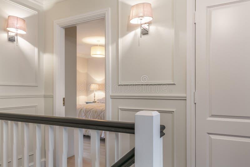 Corredor agradável e a porta do quarto em uma casa imagens de stock