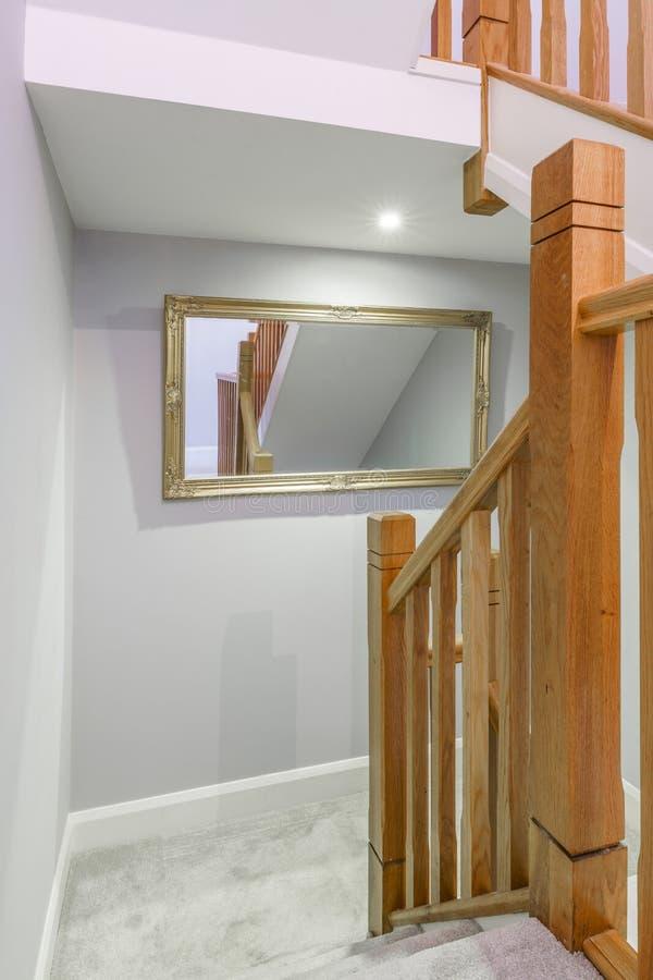 Corredor agradável e a porta do quarto em uma casa imagem de stock royalty free