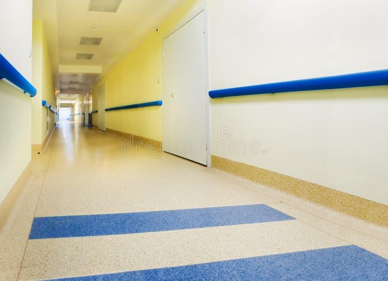 Corredor amarelo longo no hospital fotos de stock royalty free