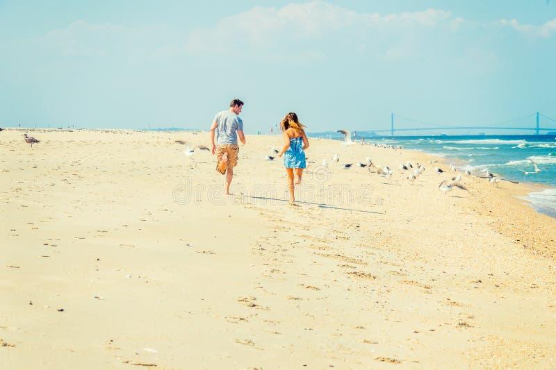 Corredor americano novo dos pares, relaxando na praia em Jers novo imagem de stock royalty free
