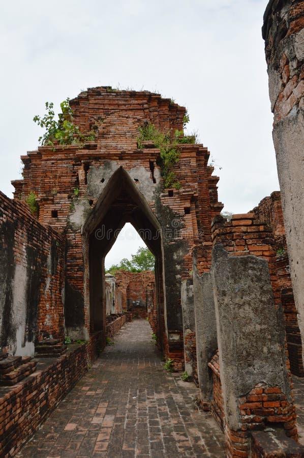 corredor antigo e da ruína no castelo de Nakhon Luang imagem de stock