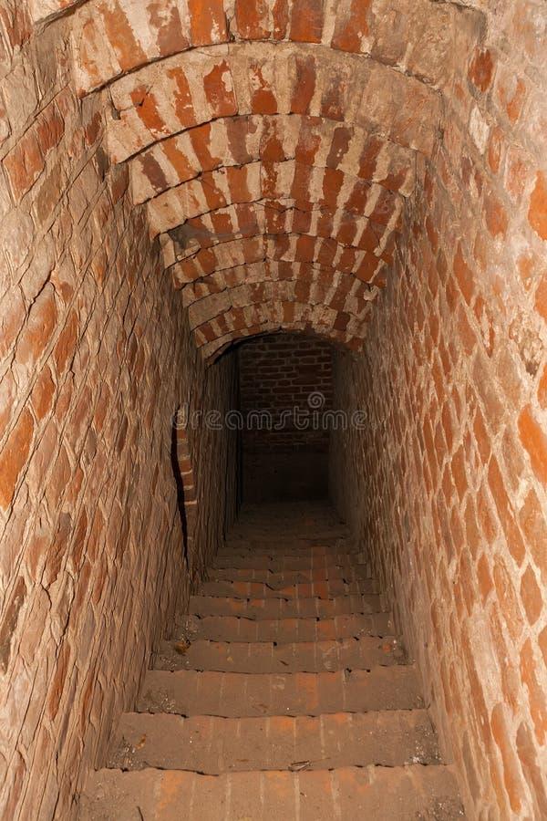 Corredor ao submundo de um castelo medieval foto de stock