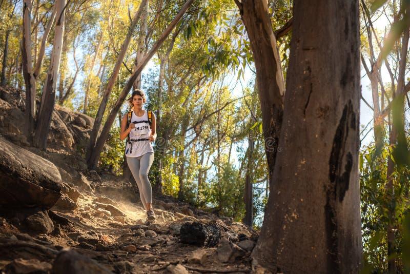 Corredor apto da fuga na maratona da fuga de montanha imagem de stock royalty free