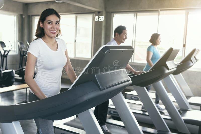 Corredor asiático del ejercicio de la familia del grupo en la aptitud del gimnasio que sonríe y feliz Forma de vida sana foto de archivo libre de regalías