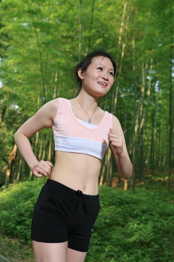 Corredor asiático novo da mulher imagem de stock