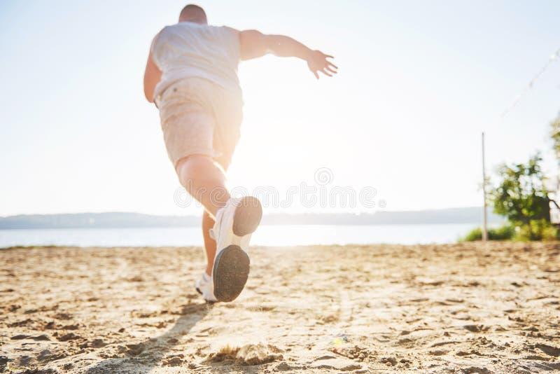 Corredor através dos campos exterior no conceito da luz do sol do verão para o exercício, a aptidão e o estilo de vida saudável F fotografia de stock