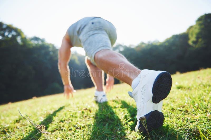 Corredor através dos campos exterior no conceito da luz do sol do verão para o exercício, a aptidão e o estilo de vida saudável F fotos de stock
