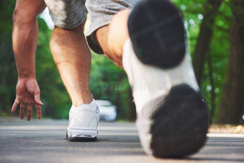 Corredor através dos campos exterior no conceito para o exercício, a aptidão e o estilo de vida saudável Feche acima dos pés do c fotografia de stock royalty free