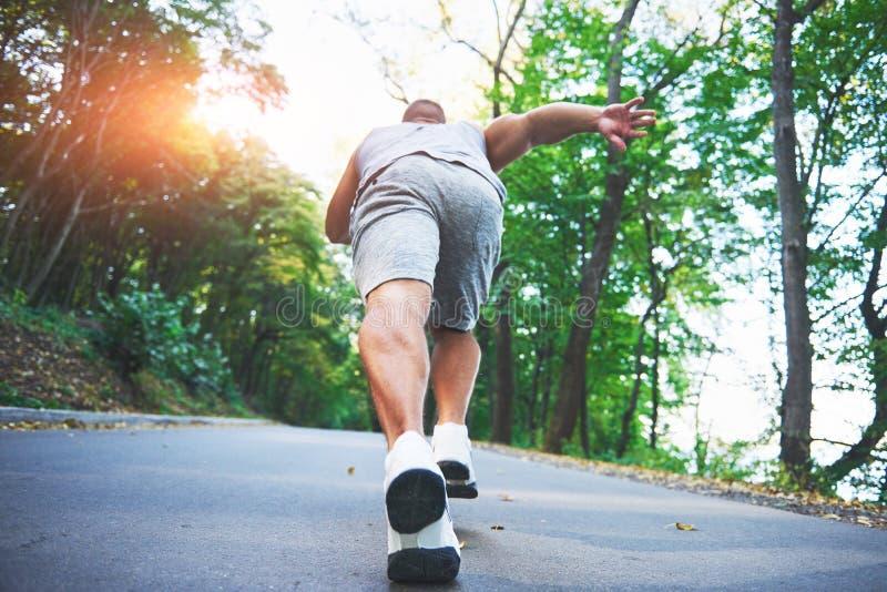 Corredor através dos campos exterior no conceito para o exercício, a aptidão e o estilo de vida saudável Feche acima dos pés do c imagens de stock royalty free