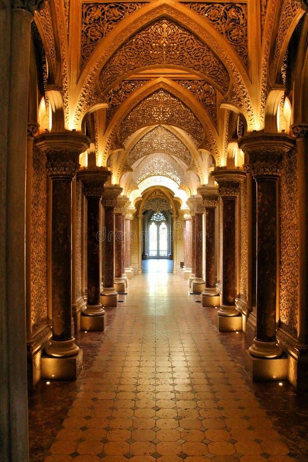 Corredor bonito com archs e colunas do palácio de Monserrate em Sintra foto de stock royalty free