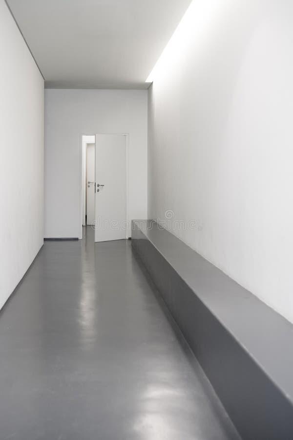Corredor branco moderno com portas imagens de stock