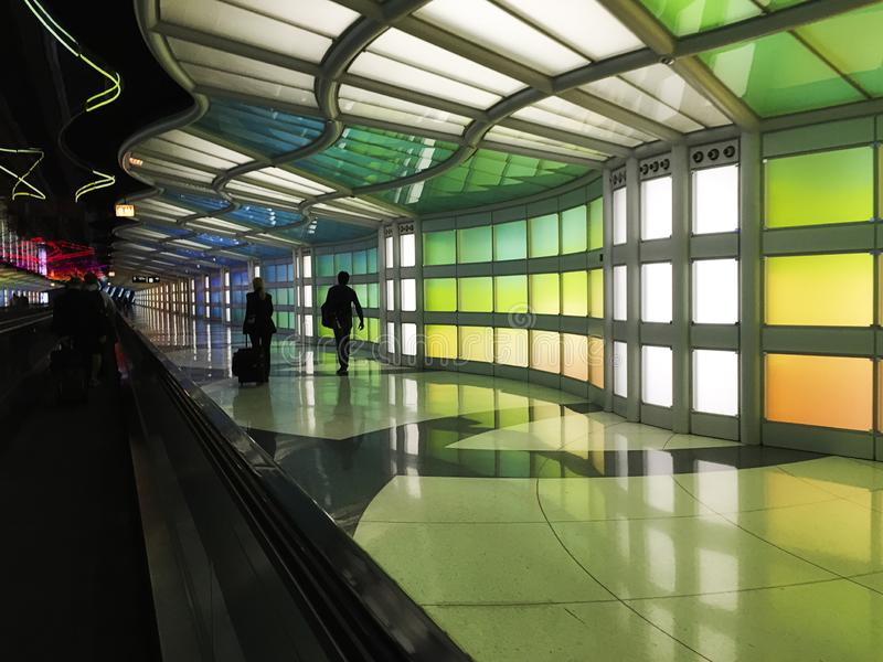 Corredor colorido no aeroporto de Chicago O'hare em Illinois imagens de stock