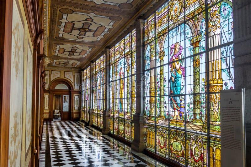 Corredor com janelas de vitral - Cidade do México do corredor do castelo de Chapultepec, México imagem de stock royalty free