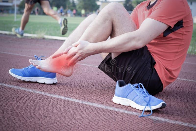 Corredor com tornozelo ferido imagens de stock royalty free