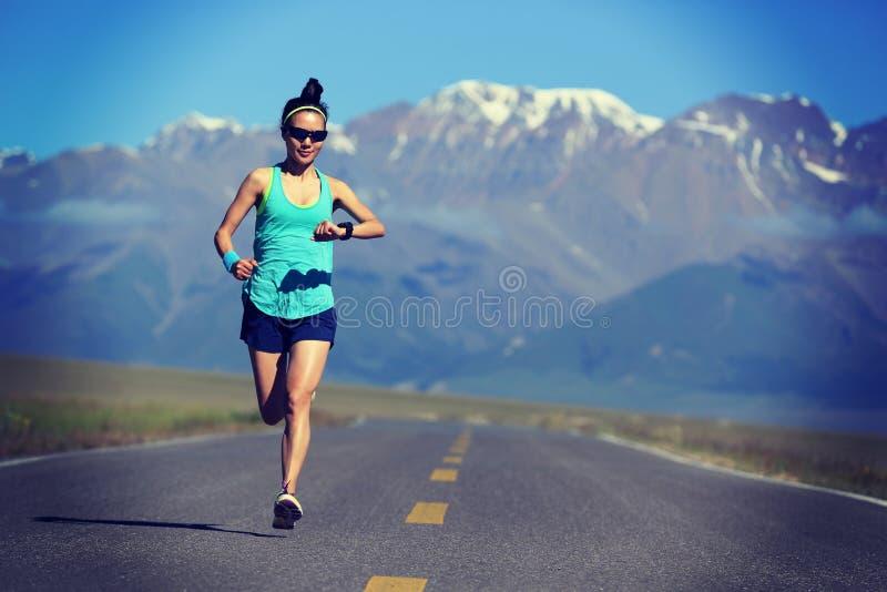 corredor da jovem mulher que corre na fuga fotos de stock royalty free