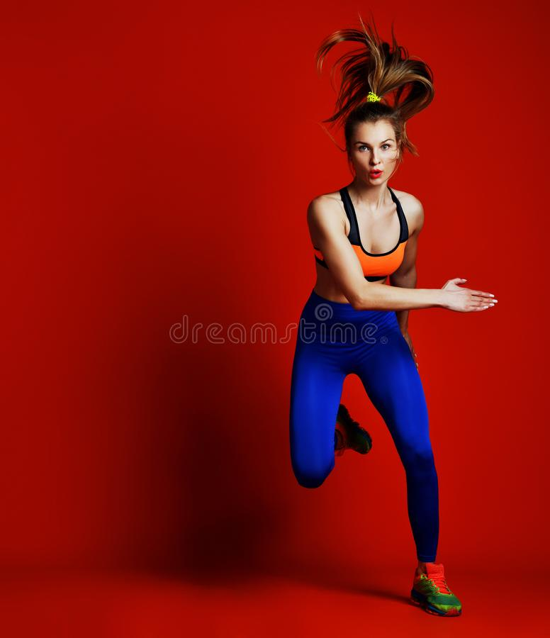 Corredor da moça na silhueta no fundo branco movimento dinâmico Esporte e estilo de vida saudável fotografia de stock