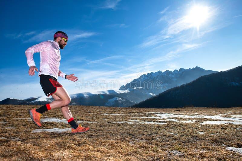 Corredor da montanha na ação em declive na terra escorregadiço fotografia de stock