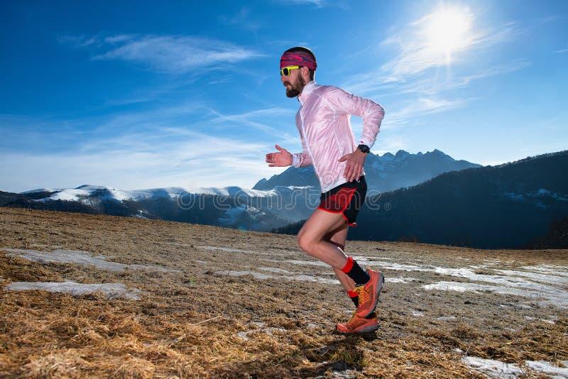 Corredor da montanha na ação subida na terra escorregadiço fotografia de stock royalty free