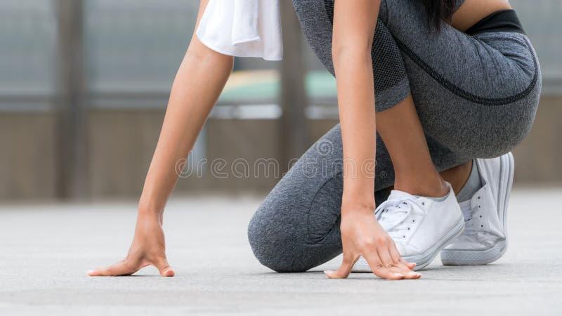 Corredor da mulher em começar posição running fotografia de stock