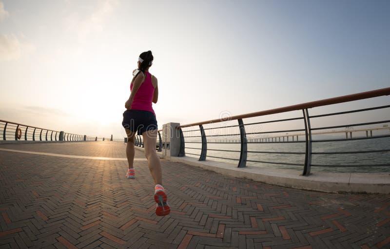 Corredor da mulher na fuga do beira-mar imagem de stock