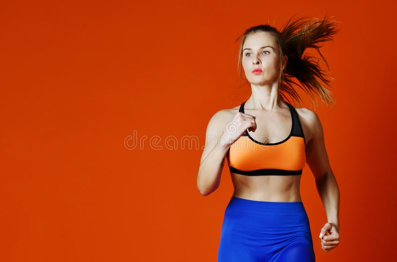 Corredor da mulher na silhueta isolada no fundo vermelho movimento dinâmico Esporte e estilo de vida saudável fotografia de stock royalty free