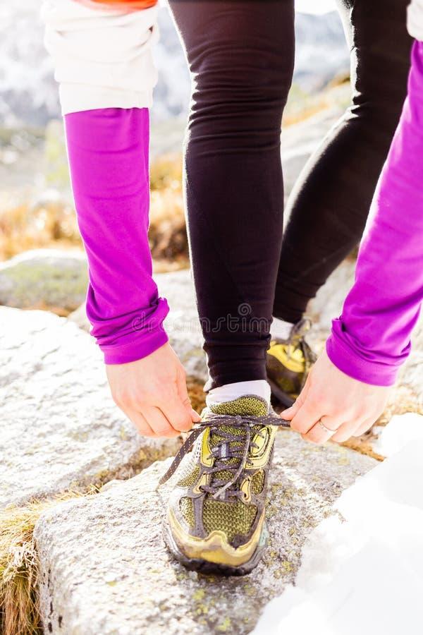 Corredor da mulher que amarra o corredor da fuga da sapata do esporte foto de stock royalty free