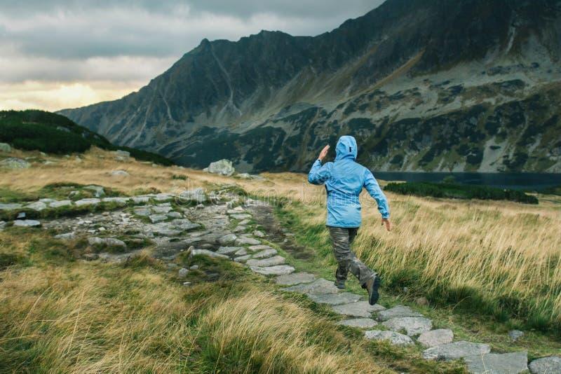 Corredor da mulher que corre em montanhas da montanha fotos de stock royalty free
