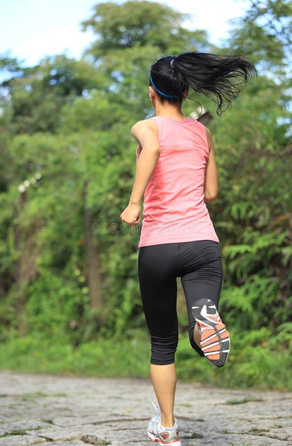 Corredor da mulher que corre na fuga da floresta fotografia de stock royalty free