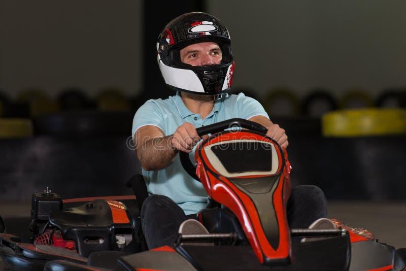 Corredor de Karting del hombre joven imagenes de archivo