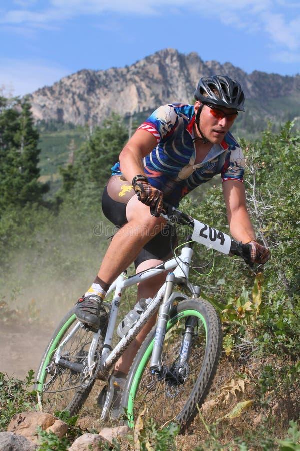 Corredor de la bici de montaña imágenes de archivo libres de regalías
