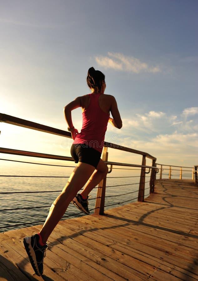 Download Corredor De La Mujer De La Aptitud Que Corre En El Paseo Marítimo De La Playa Imagen de archivo - Imagen de ajuste, hembra: 64213461