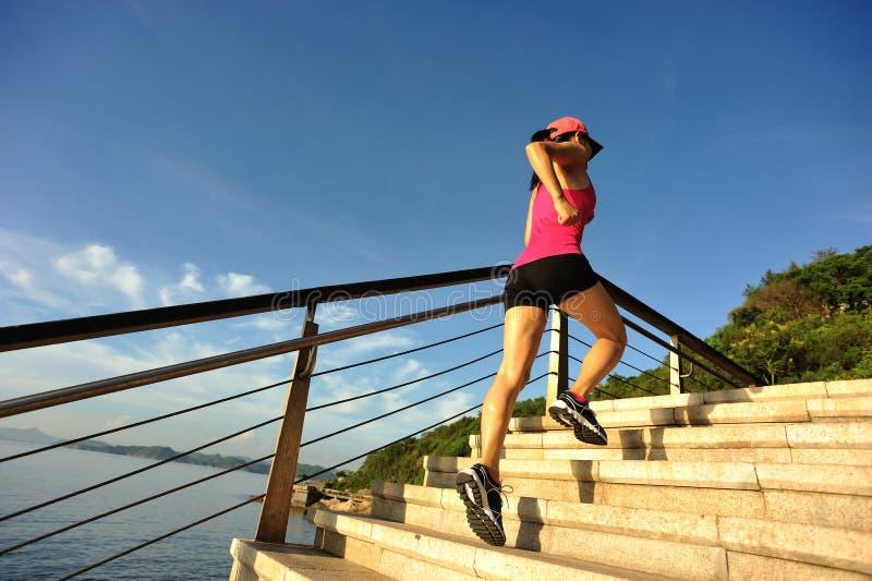 Download Corredor De La Mujer De La Aptitud Que Corre En Las Escaleras De La Piedra De La Playa Foto de archivo - Imagen de boardwalk, resistencia: 64210198