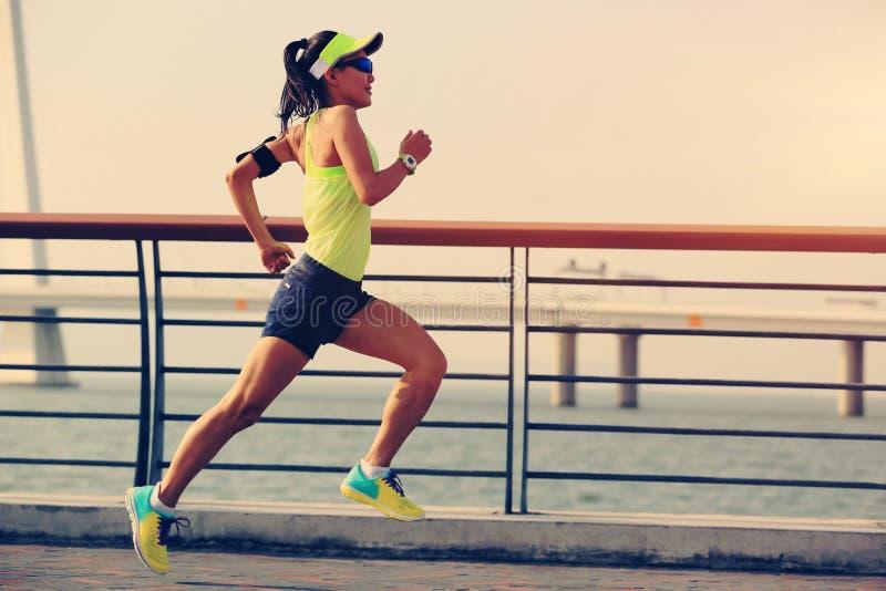 Download Corredor De La Mujer Que Corre En La Playa Foto de archivo - Imagen de asiático, basculador: 64203316