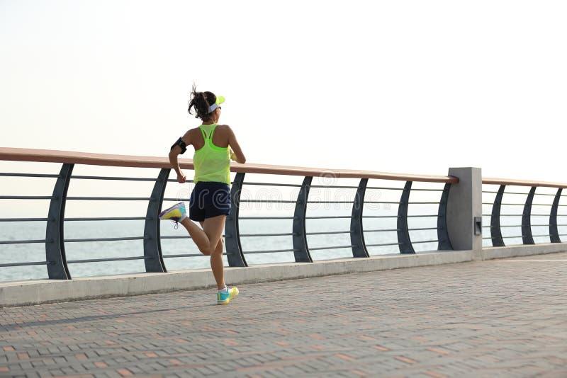 Download Corredor De La Mujer Que Corre En La Playa Imagen de archivo - Imagen de jogging, azul: 64203353