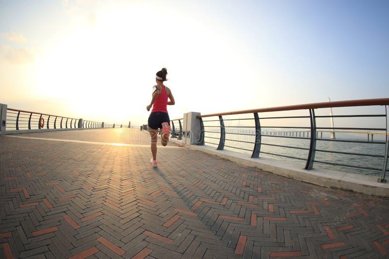 Download Corredor De La Mujer Que Corre En La Playa Foto de archivo - Imagen de lifestyle, asiático: 64204736