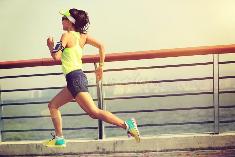 Download Corredor De La Mujer Que Corre En La Playa Imagen de archivo - Imagen de música, outdoor: 64204773
