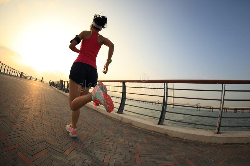 Download Corredor De La Mujer Que Corre En La Playa Foto de archivo - Imagen de ropas, aptitud: 64204798