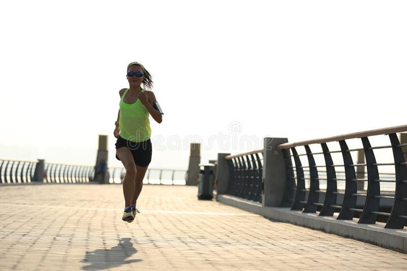 Download Corredor De La Mujer Que Corre En La Playa Imagen de archivo - Imagen de basculador, brazal: 64204817