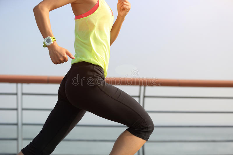 Download Corredor De La Mujer Que Corre En La Playa Foto de archivo - Imagen de persona, ponytail: 64205804